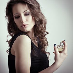 香水を使う女性